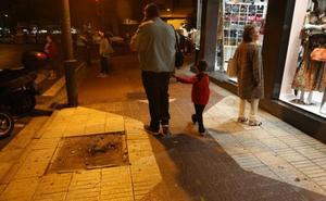 Vecinos y comerciantes de San Antón alertan del «deterioro» de la calle