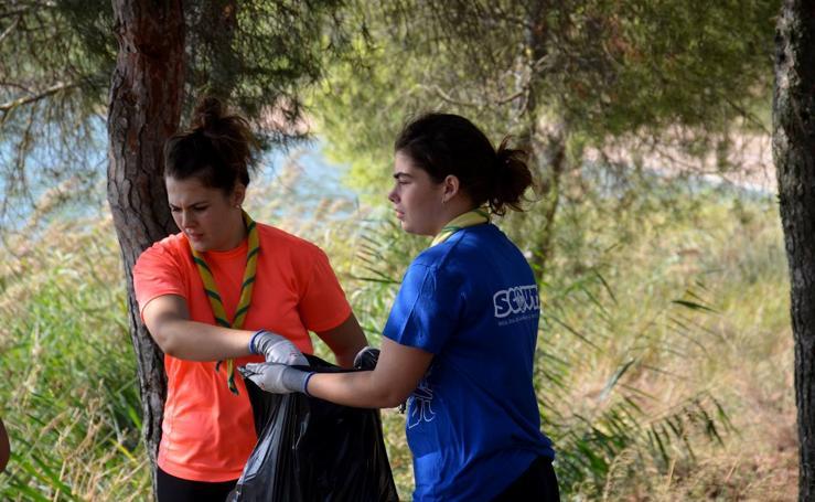 Los jóvenes limpian el pantano del Perdiguero