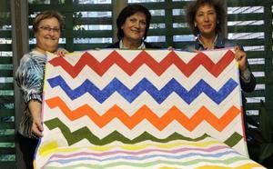 Entrega del tapiz sorteado para la AECC