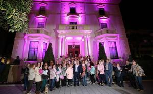 La fachada del Palacete, iluminada en rosa