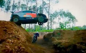 Carrera entre un coche de rallies y un 'biker'