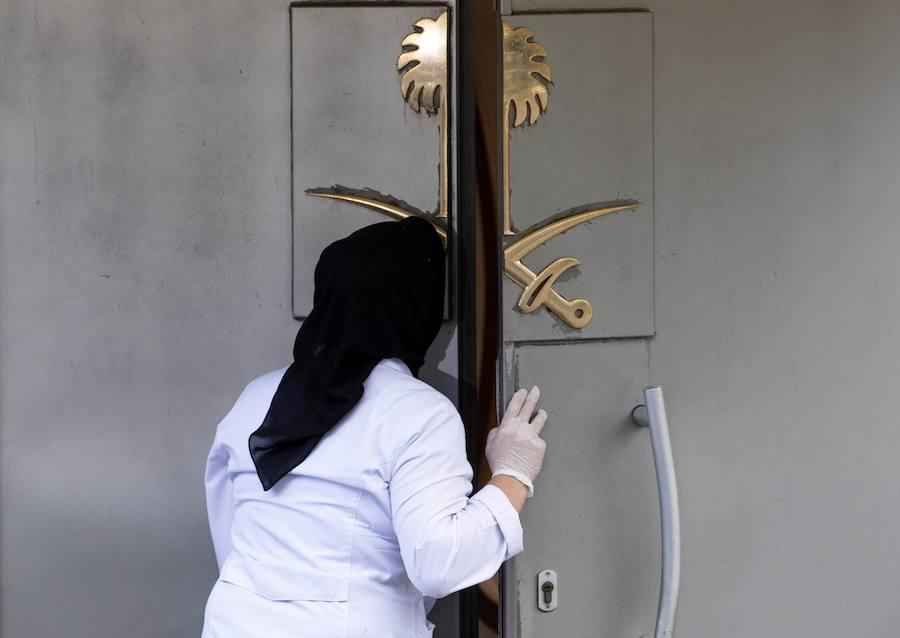Los policías turcos, a la espera para registrar la residencia del cónsul saudí