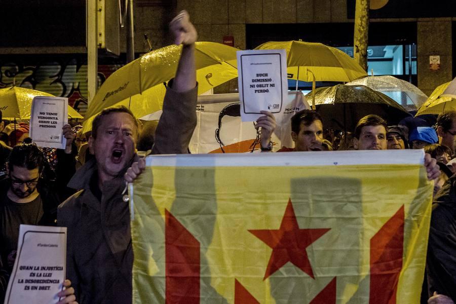 Los CDR se manifiestan ante las sedes de los «traidores» y «cobardes» de ERC y el PDeCAT