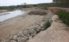La CHE traslada 18.000 m3 de gravas de la isla del Estajao para recuperar su defensa