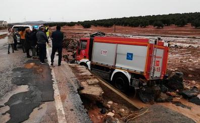 Muere un bombero arrastrado por la corriente en el temporal en Málaga