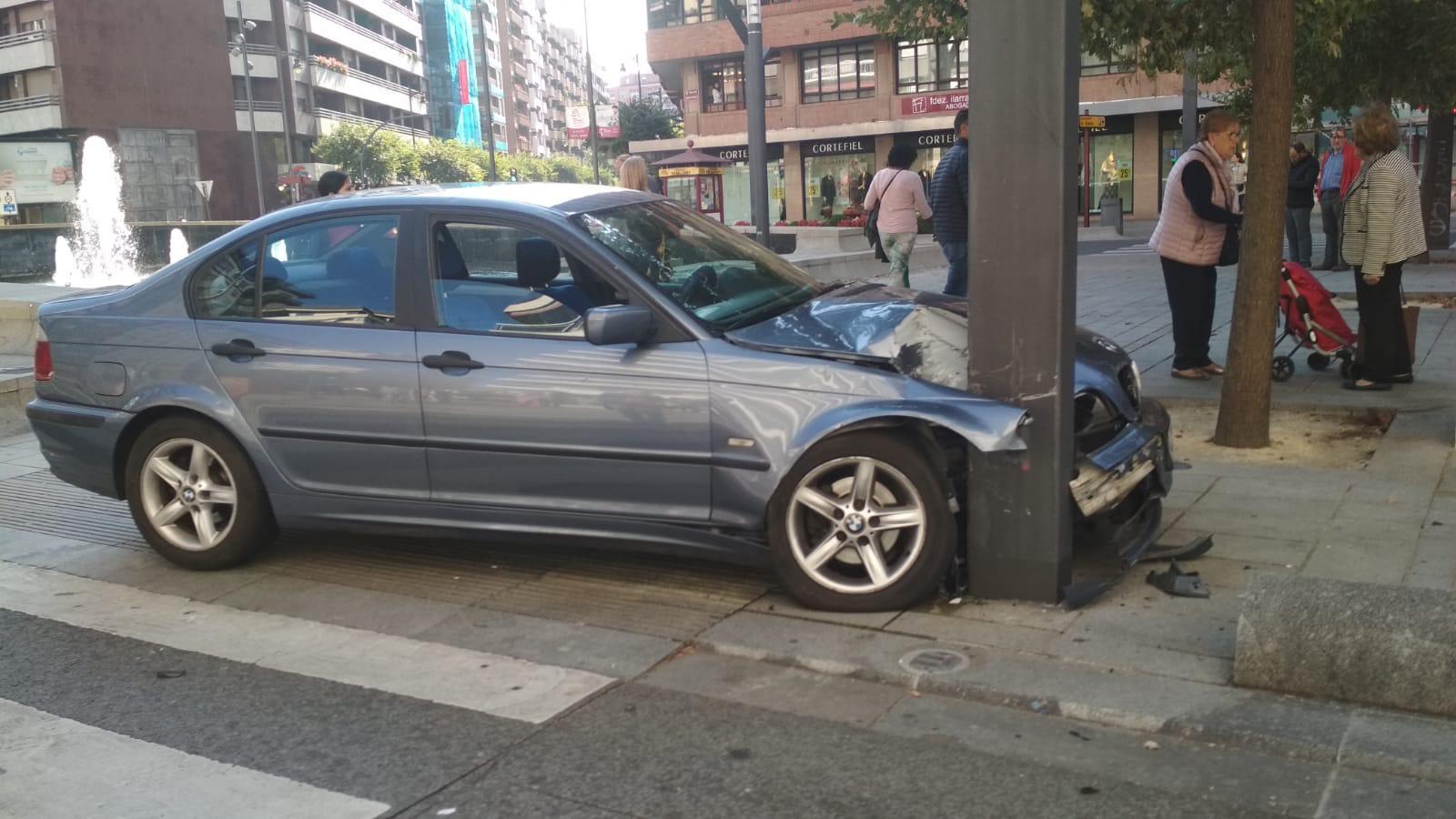 Espectacular choque de un vehículo contra una farola en la Gran Vía