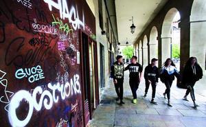 Pintadas que afean el escaparate más visto