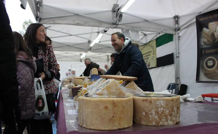 Disfrutando del queso en el festival de Munilla