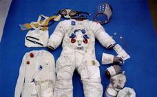 Subastan un traje de astronauta y una bandera de Neil Amstrong