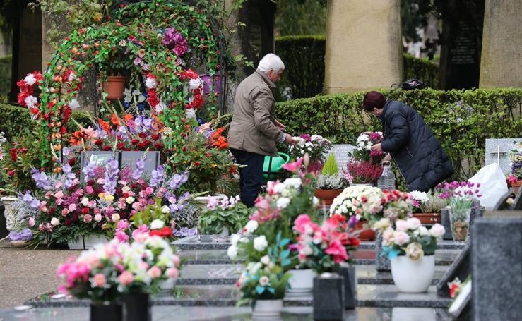 Flores para el Día de los Santos en el cementerio logroñés
