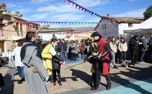 Numeroso público acudió a la cita medieval y con las castañas en Alesón