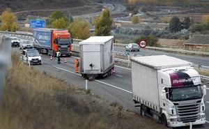 Dos camiones chocan en Agoncillo al soltarse uno de los remolques