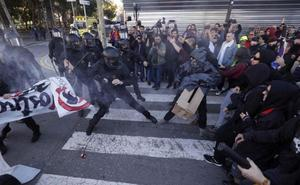 Los Mossos vuelven a cargar contra los manifestantes independentistas