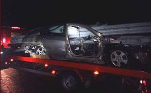 Milagro en la AP-68: un coche atravesado por el quitamiedos... y sin heridos