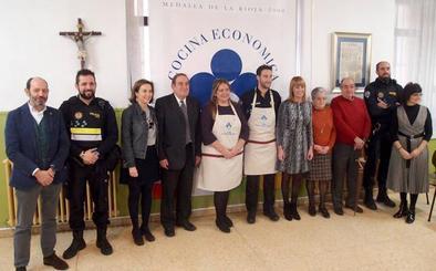 La Policía Local de Logroño y la eurodiputada Esther Herranz, delantales solidarios
