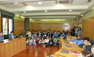 Pleno municipal con escolares en Nájera