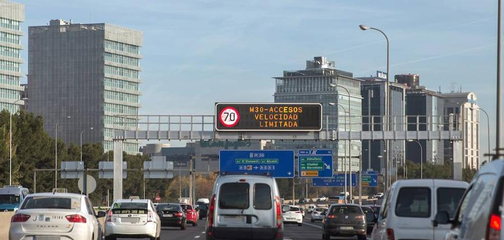 La contaminación nubla el puente a los conductores en Madrid