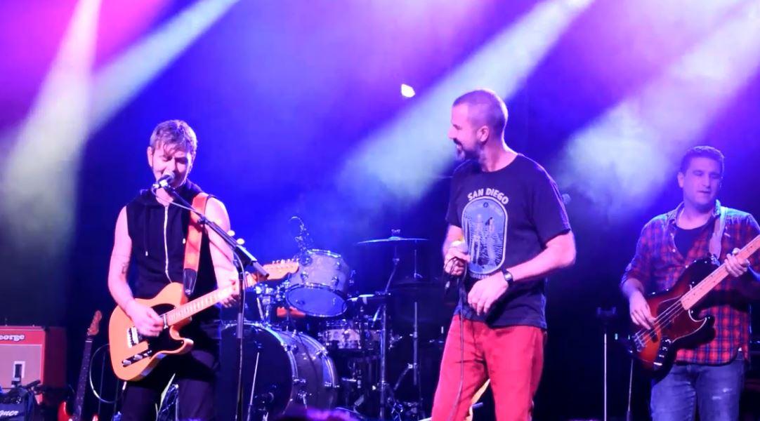 Pau Donés canta con Vuelo 505