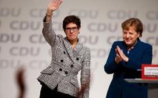 Los cristianodemócratas alemanes apuestan por la continuidad y eligen a la delfín de Merkel