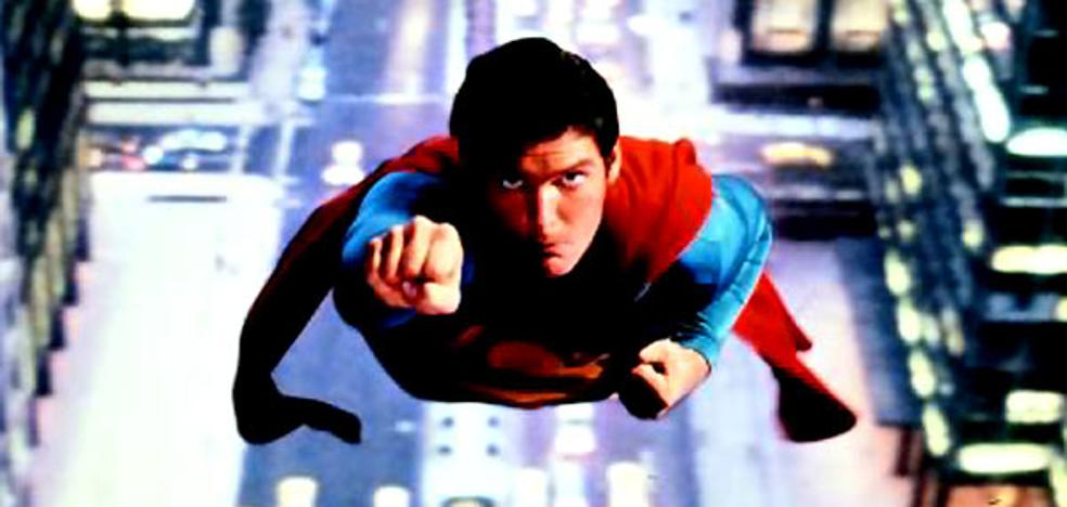 Superman cede el testigo a Supergirl en su 40 cumpleaños