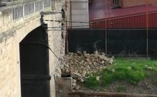 Derrumbe parcial de un muro sobre la trinchera del tren junto a Avenida de Burgos