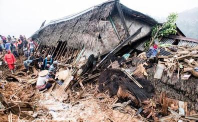 Al menos 15 muertos y decenas de desaparecidos por un corrimiento de tierra en Indonesia