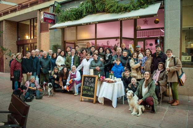 Paco y Begoña festejaron su jubilación con amigos, clientes y familiares el pasado 31 de diciembre del 2018. :: LAURA PEÑA Ibáñez/