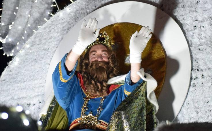 Miles de logroñeses abarrotan la ciudad para presenciar la cabalgata de Reyes