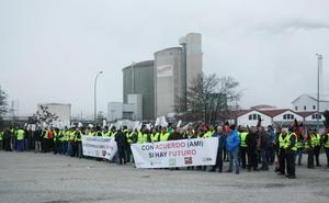 Concentración ante la fábrica de 'Azucarera' en Miranda de Ebro