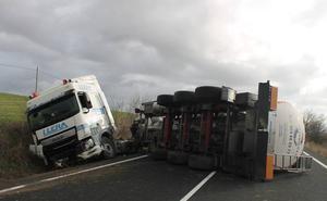 Reabierta al tráfico la N-232 en Fonzaleche tras el vuelco de un camión cisterna