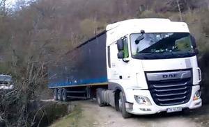 El (casi imposible) rescate del camión perdido en una pista de Lugar del Río
