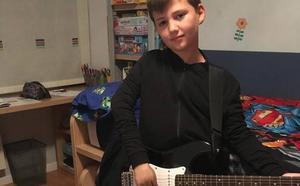 Lucas quiere tocar su guitarra