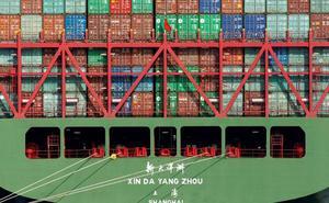 El comercio chino sufre ya la resaca de la guerra arancelaria con EE UU, aunque le gana