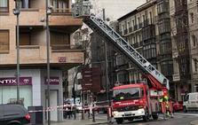 Los bomberos actúan en un desprendimiento en una fachada en Vara de Rey