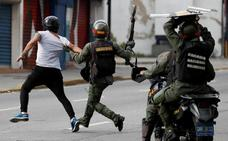 Militares enmascarados del gobierno reprimen a la población
