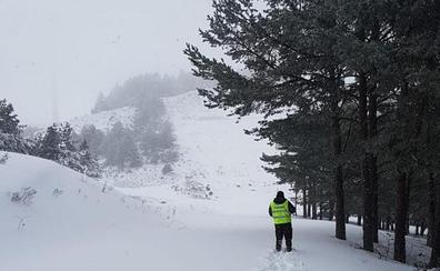 Rescatado un joven francés aislado por la nieve en una pista forestal de Ajamil