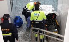 La Policía Local de Logroño ayuda a un anciano atrapado en el baño tras una caída