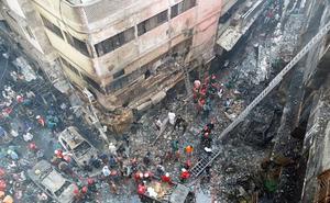 Un incendio deja un centenar de muertos en Bangladés