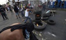 Los militares venezolanos dispersan a los manifestantes en la frontera con Colombia