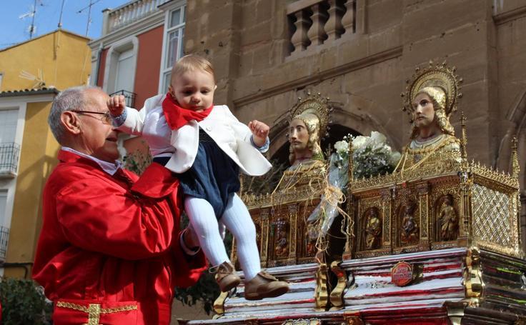 Paso de los niños por los santos