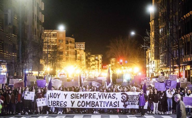 La manifestación del Día de la Mujer llena las calles de Logroño al anochecer