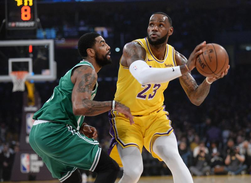 Kyrie Irving, defendiendo a LeBron James durante una acción del encuentro./REUTERS