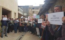 Más de un centenar de vecinos de Ribafrecha protesta contra los recortes sanitario en la localidad