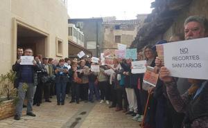 Más de un centenar de vecinos protestan por los recortes sanitarios en Ribafrecha