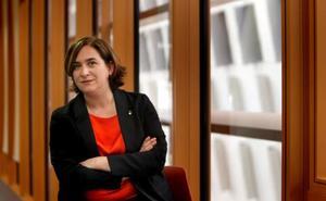 Colau vuelve a retirar el lazo amarillo en el Ayuntamiento de Barcelona