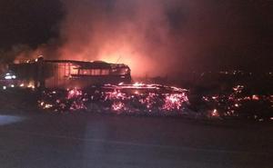 Un incendio nocturno destruye una casilla