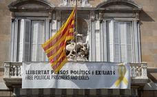Cuatro identificados por intentar descolgar el lazo amarillo del Palau de la Generalitat