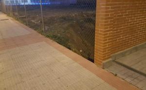 La Guindilla: gran hueco en una valla de la calle Torrecilla