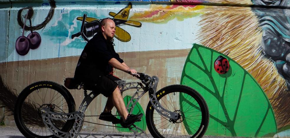 Un pelotón de bicicletas customizadas se pasea por Logroño