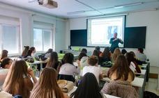 La Guardia Civil forma a los futuros profesores sobre los peligros para los niños en Internet